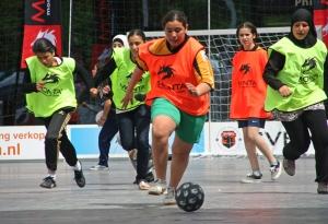 Meisjes op Straatvoetbal Toernooi op het Spuiplein in Den Haag